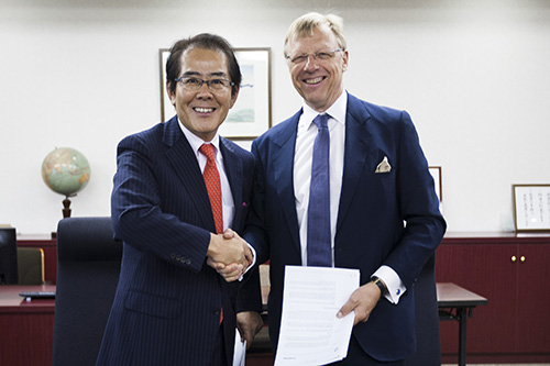 (Right side) Mr. Juha Heikinheimo, President of NAPA Group, (Left side) Muneyuki Koike, Senior Managing Director of FURUNO.